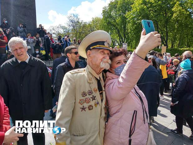 Киев: Тысячи людей идут к Вечному огню. Крышуемые СБУ нацисты оскорбляли ветеранов