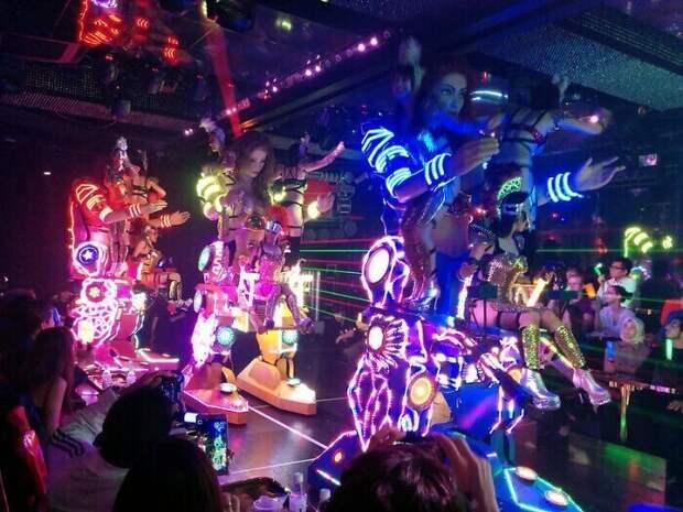 В Токио популярны рестораны с роботами
