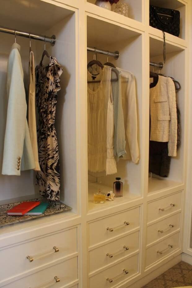В подборе шкафов в гардеробную важна глубина полок, ячеек. Нельзя что бы одежда выходила за пределы границ шкафа