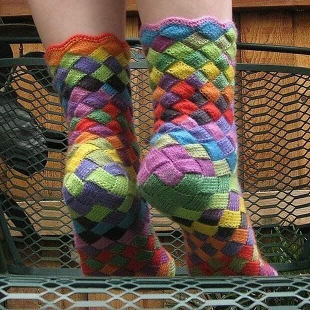 Интересные носочки. Вяжем радужно)