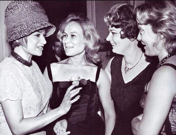 Московский кинофестиваль, 1961 год. Майя Булгакова (вторая слева) с зарубежными актрисами.
