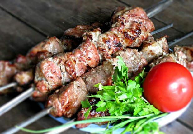 Шашлык на кефире сочнее обычного: разминаем мясо с луком