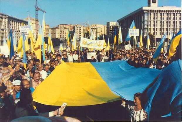 """August 24, 1991 The scene on Kyiv""""s October Revolution Square.jpg"""