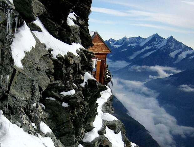 Кто построил домик на крутой скале с кроватями и радиотелефоном