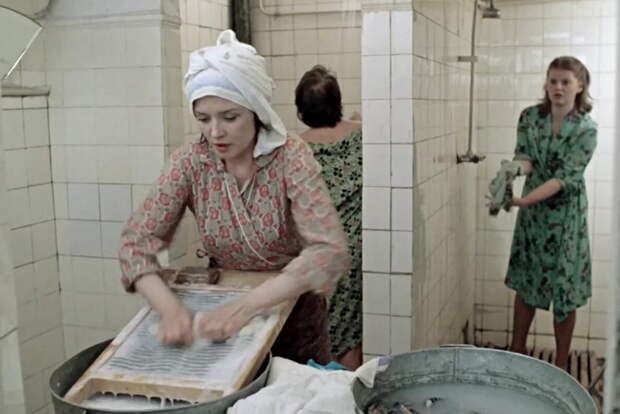 """Кадр из фильма """"Москва слезам не верит"""". Рабочее общежитие."""
