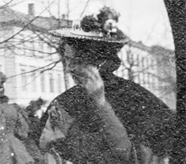На фотографии 1890 года женщина разговаривает по смартфону