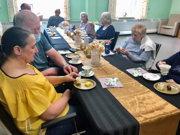 Как живут старики в Канаде в доме престарелых? Едят лобстеров и играют с котами