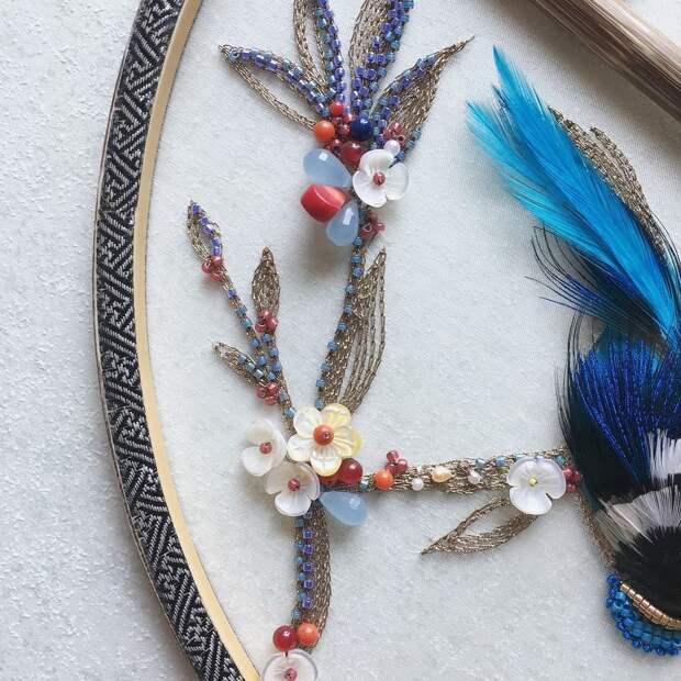 Вышитые веера с птицами из перьев
