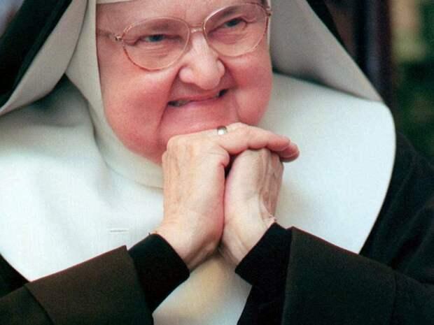 Старая монахиня заметила, как грубо разговаривают рабочие.