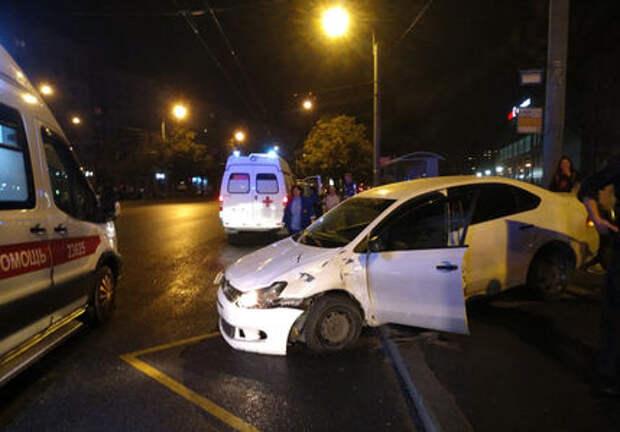 В Санкт-Петербурге автомобиль сбил трех человек на остановке