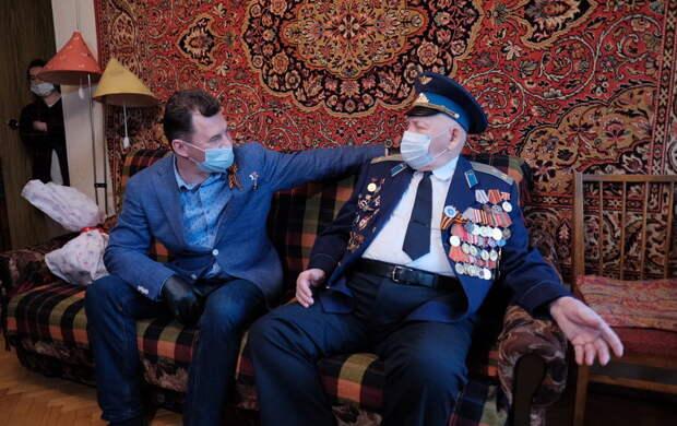 Российский летчик-космонавт Романенко поздравил ветерана накануне праздника Великой Победы
