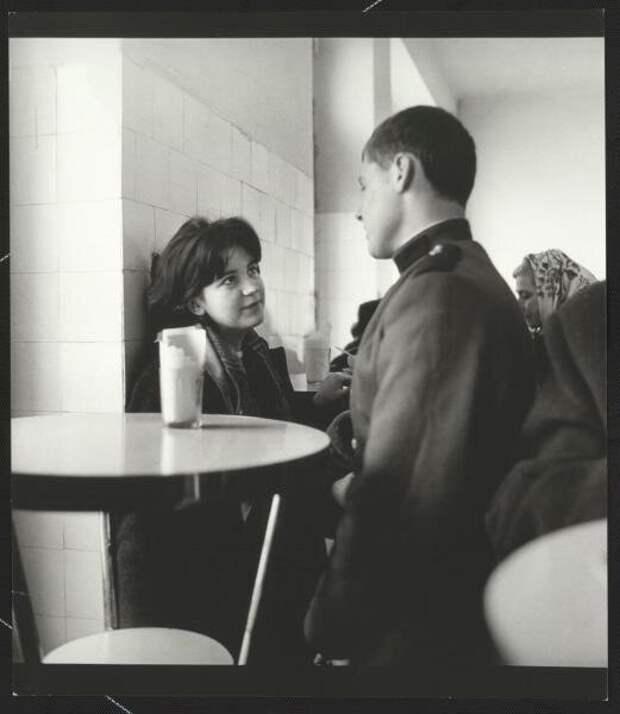 Свидание с солдатом, Литовская ССР, г. Паланга, 1964 г | Фото: Антанас Суткус