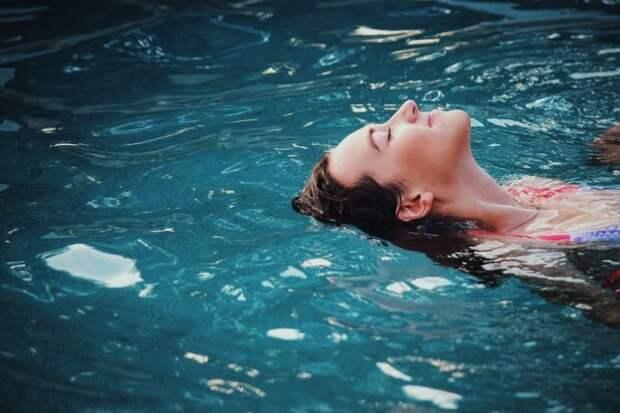девушка плавает