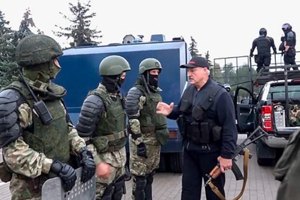 Лукашенко объяснил свое появление с автоматом угрозой ядерного удара