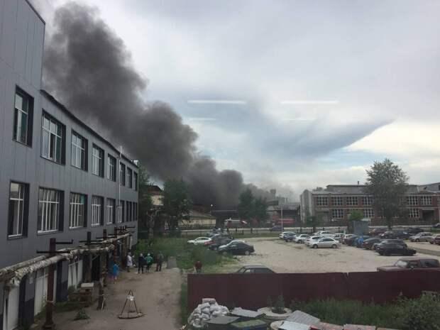 Черный дым окутал территорию на проезде Дерябина в Ижевске