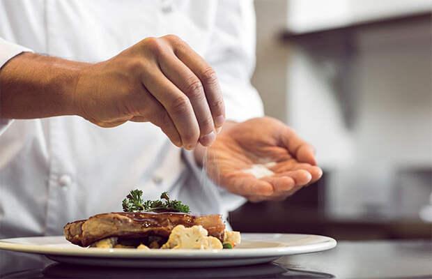 5 тайных приемов поваров по улучшению вкуса еды: солим в последний момент