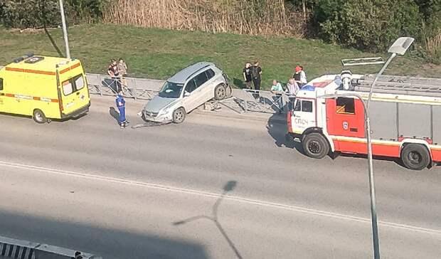 В Тюмени на Бориса Щербины внедорожник протаранил отбойник около пешеходного перехода