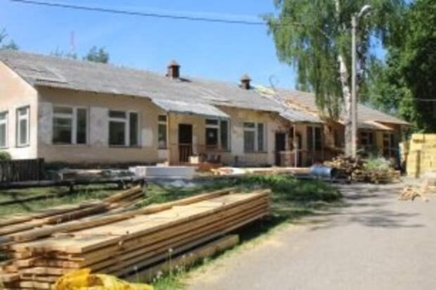 В селе Чуровское идёт ремонт крыши детского сада