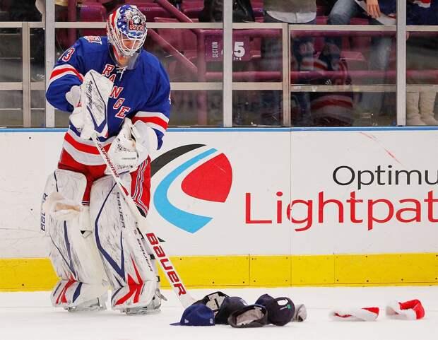 Откуда взялась традиция бросать на лед кепки после хет-трика? Разбираем историю самого известного хоккейного обычая