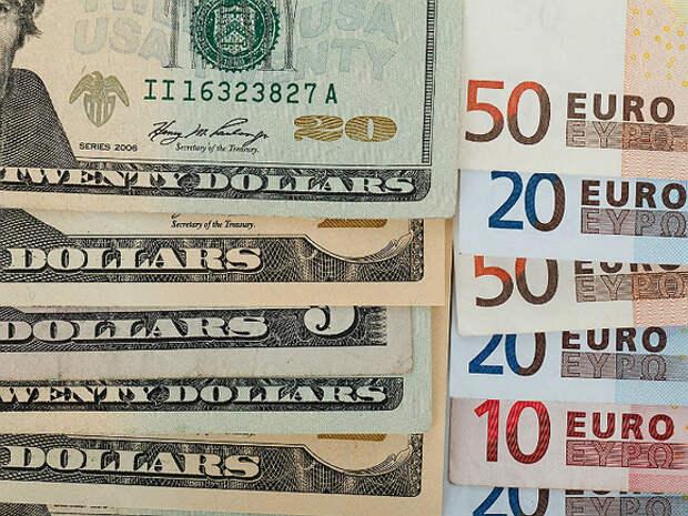 Рубль в ходе торгов слабеет к доллару, но выигрывает у евро