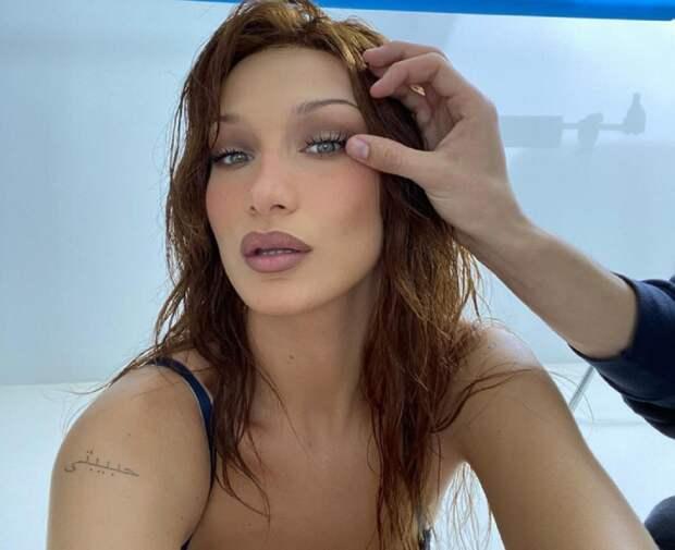 Самая красивая женщина в мире обнажила грудь