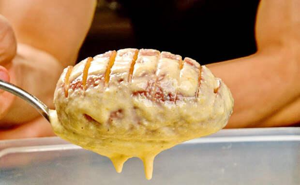 Даем обычной картошке мясной вкус: немного маринада снаружи и ложка фарша внутри