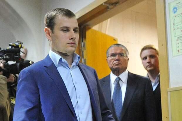 Алексей Улюкаев в зале суда в сопровождении адвокатов Фото: Владимир ВЕЛЕНГУРИН