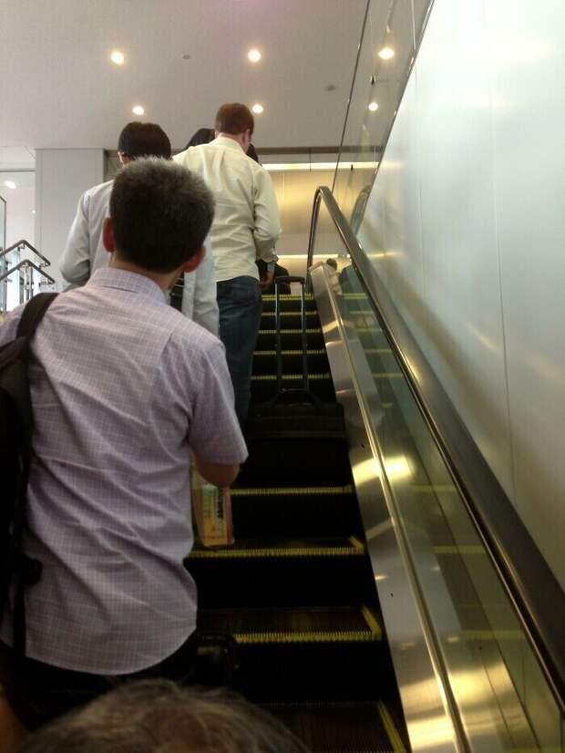 В Японии существует целый этикет лестниц и эскалаторов. Все жители стоят на левой стороне, оставляя правую для тех, кто торопится