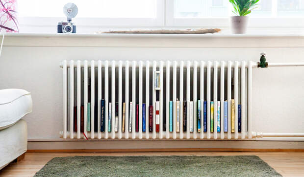 Выключенная батарея в летний период может стать отличным местом для хранения книг.