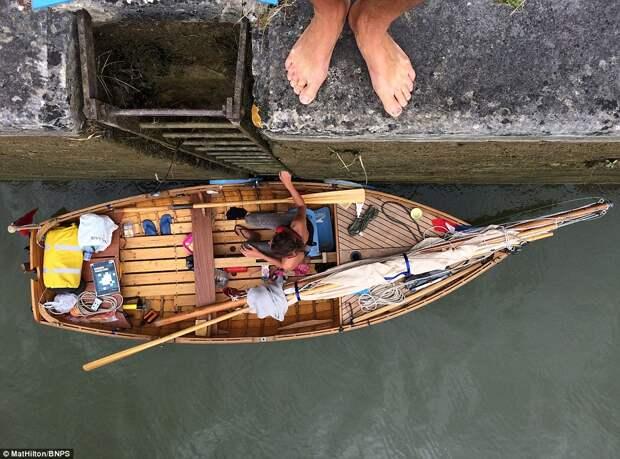 Супружеская пара проплыла насамодельной лодке свеслами путь изАнглии воФранцию