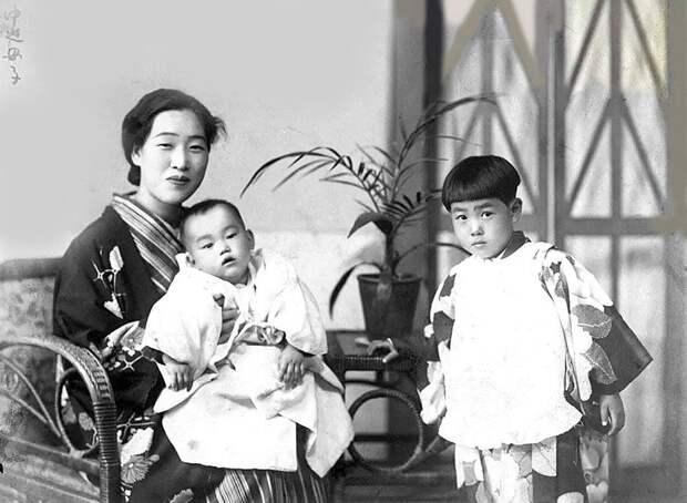 Эмико на руках у ее мамы Фуку Накасако, рядом ее пропавшая без вести сестра Миэко