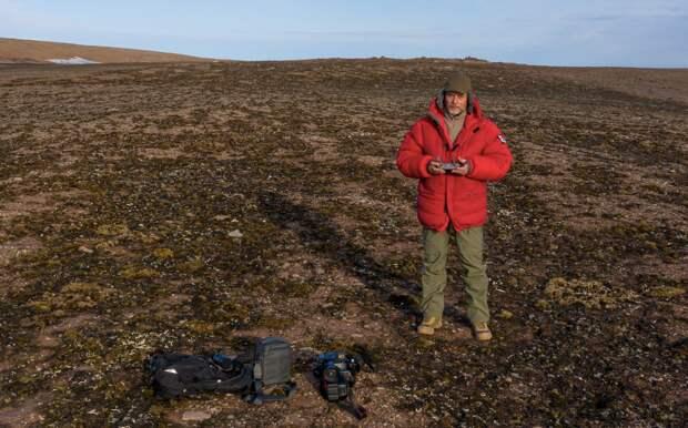 Андрей за работой – на одном из остров Северной Земли. Самые труднодоступные места в Арктике. Где-то сверху летает его квадрокоптер.
