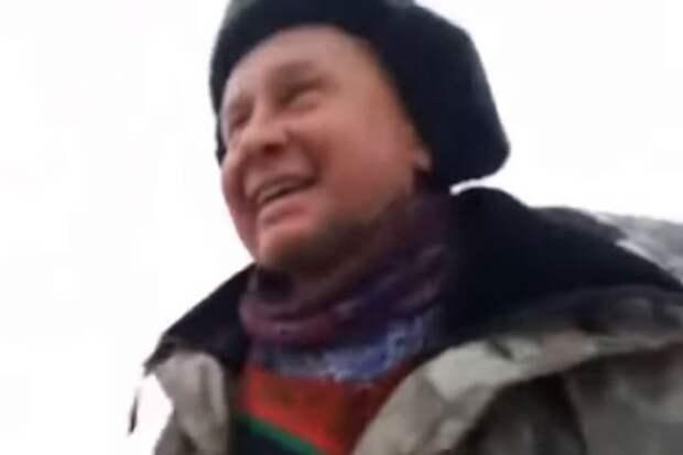 """Благодаря майору в отставке Сергею Воронину животное спаслось. Фото: стоп-кадр ИА """"Запад24""""."""