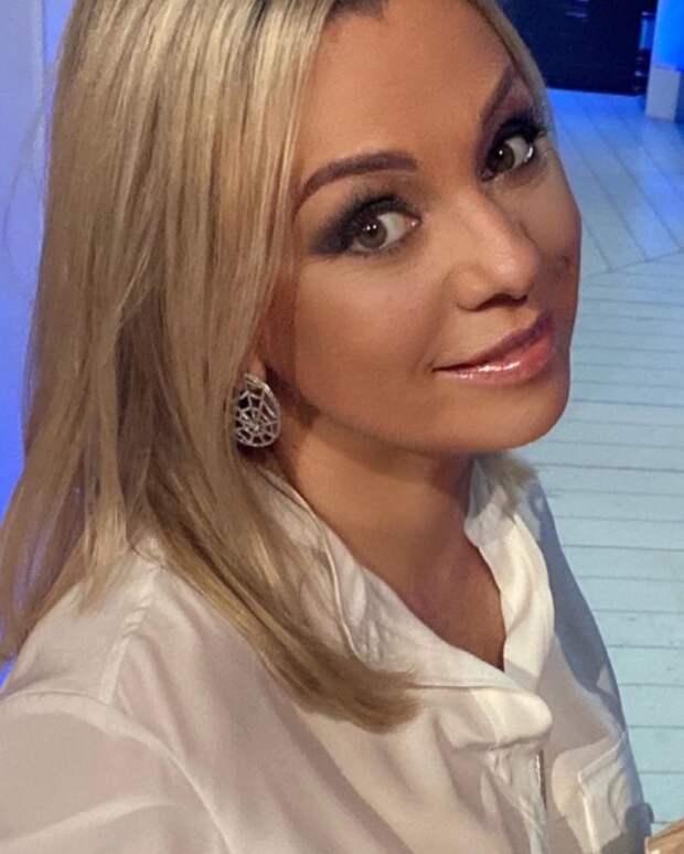 Ирина Салтыкова в белой кофте