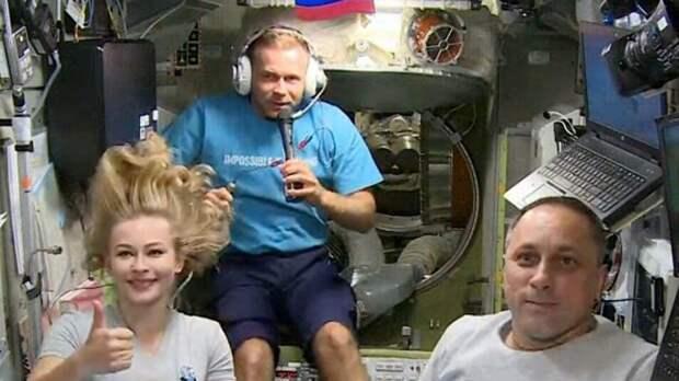 Удалёнка: Юлия Пересильд приняла участие в женском форуме прямо из космоса