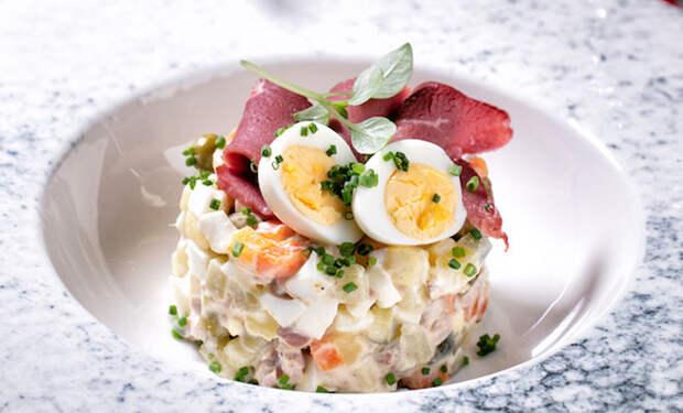 Оливье готовим без курицы и мяса: кладем копченую утку