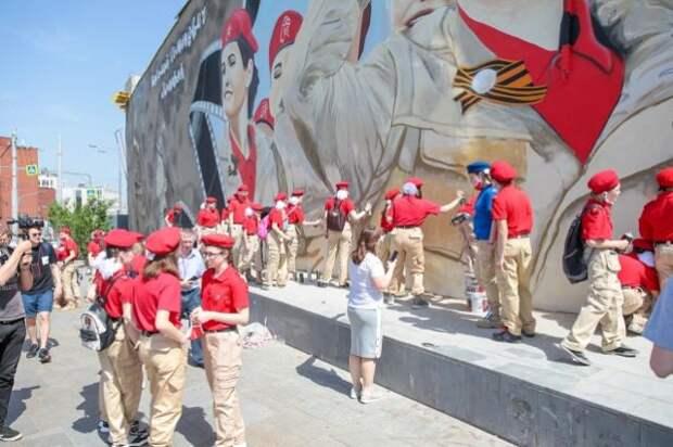 В Москве юнармейцы нарисовали граффити с Василием Лановым