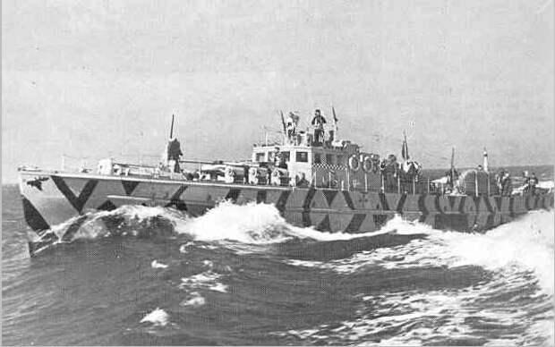 Один из катеров 3-й флотилии. Как раз видно изображение головы лося