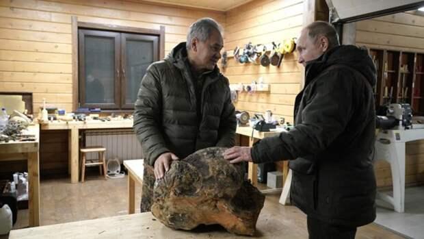 Шойгу продал свои работы из дерева, которые показывал Путину