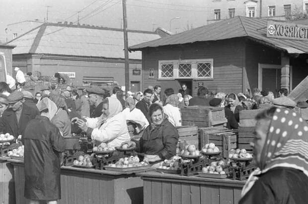 Выращенные на даче фрукты и овощи начали продавать на рынках / Фото: pastvu.com