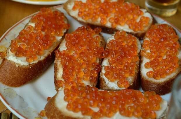 Из-за скудного улова лососевых в России выросли цены на красную икру