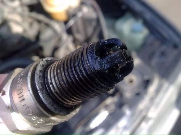 Заливает свечи бензином: почему и как запустить двигатель?