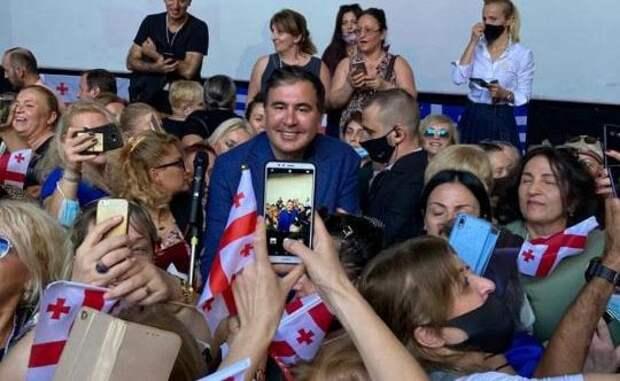 Саакашвили поблагодарил греческих полицейских зато, что недали его избить