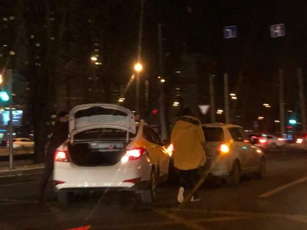 Автомобиль такси врезался в легковушку у метро «Алтуфьево»