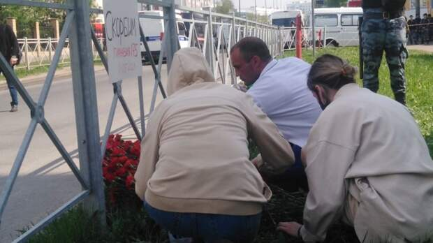 Жители Казани соорудили стихийный мемориал рядом со школой №175