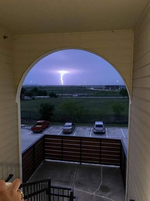 Молния подсвечивает торнадо