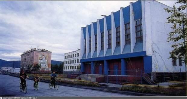 Юные велосипедисты на Советской улице в Сусумане. Китайских велосипедов в начале 90-х ещё не было, все катались на старых советских. история, факты, фото