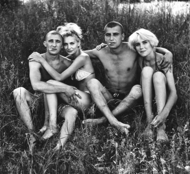 Молодые россияне отдыхают под солнцем. Фотограф Николай Бахарев рос сиротой и работал слесарем, поэтому делал снимки людей в свободное время. Сегодня 69-летний фотограф выставляет свои работы в самых престижных европейских галереях. 90-е, СССР, фото