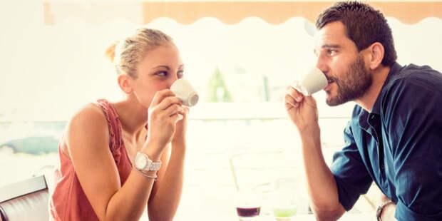 парень и девушка пьют кофе в кафе
