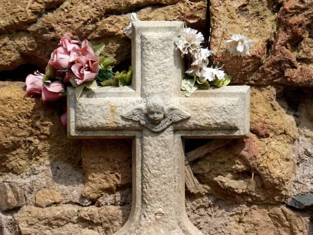 Сотни жителей Саратова пришли проститься с убитой девочкой